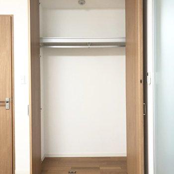 【洋室】下部にラックなどを置いて整理整頓したい。