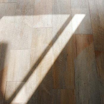 床はヴィンテージ調のフロアタイル