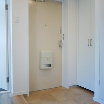 玄関は段差が小さくて広々しています