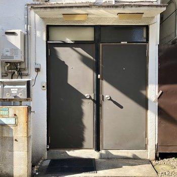 隣並びの2つのドア。引っ越した際は下階に住んでいる方にご挨拶をしましょう♩