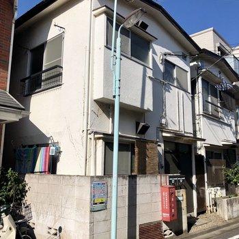 住宅街にある2階建の建物です。