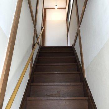 玄関を開けたらまず階段が現れました〜。2階へ上がります。