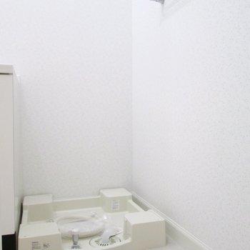 お隣は、洗濯機置場。タオル掛けも。