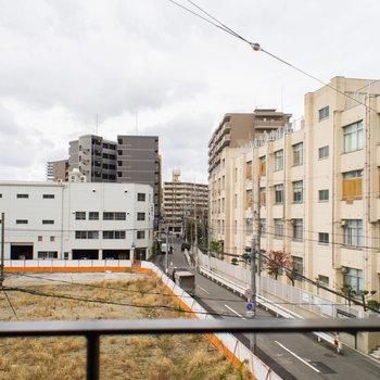 眺望は学校が見えます。※写真は3階の同間取り別部屋のものです。
