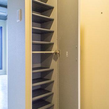 シューズボックスはなかなかの容量。※写真は3階の同間取り別部屋のものです。