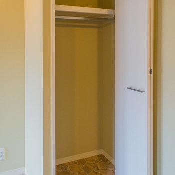クローゼットの床もオシャレ♪※写真は3階の同間取り別部屋のものです。