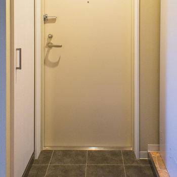 玄関はキッチンの前。※写真は3階の同間取り別部屋のものです。