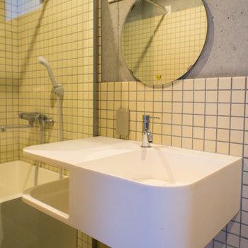 オシャレな洗面台には小物置場もあります。※写真は3階の同間取り別部屋のものです。