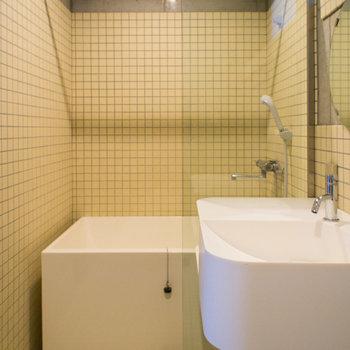 浴槽の上には浴室乾燥機があります。※写真は3階の同間取り別部屋のものです。