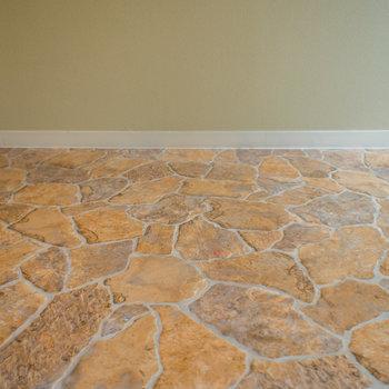 ノスタルジックな壁や床。※写真は3階の同間取り別部屋のものです。
