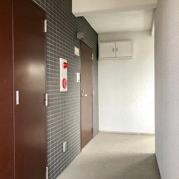 エンジ色で高級感を感じられるドア。