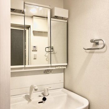 大きな鏡がついた洗面台。