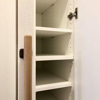 靴箱は高さ調節可能で、奥行きがあります。