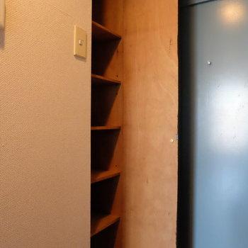 玄関の靴箱は上から下まで※写真は2階の同間取り別部屋のものです