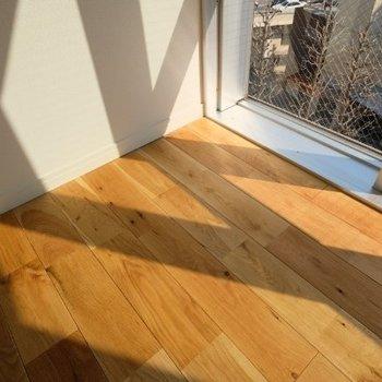 日差し✕無垢床でオフィスでもほどよくリラックス。