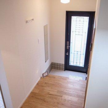 玄関入ってすぐ、無垢床が出迎えてくれます。※前回募集時の写真です