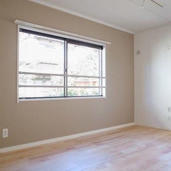 こちらの洋室はカバザクラの無垢床※前回募集時の写真です