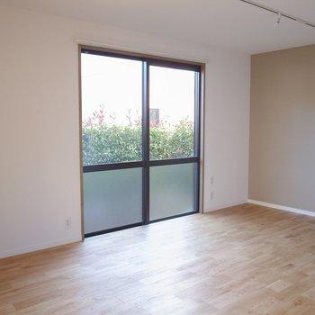 リビングは9帖と広々。高級感あるヤマグリの無垢床です!※前回募集時の写真です