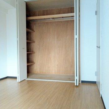 どど〜ん!大容量のクローゼットも。服も掛けられるし、小物が置ける棚も。