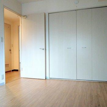 この部屋は寝室かな。横の大きな扉は?