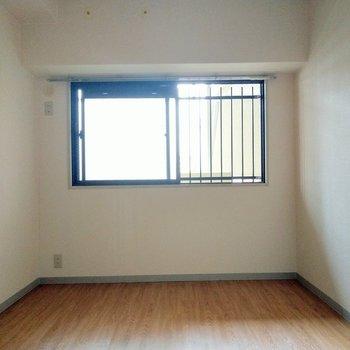 こちらは玄関側の洋室。共用部に繋がっているので、ブラインドで目隠しするといいかも。