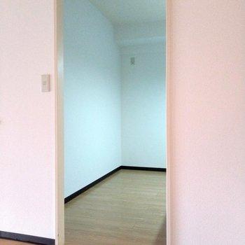 後ろのスペースも通路幅もしっかり!冷蔵庫や食器棚置いても十分動けます◎