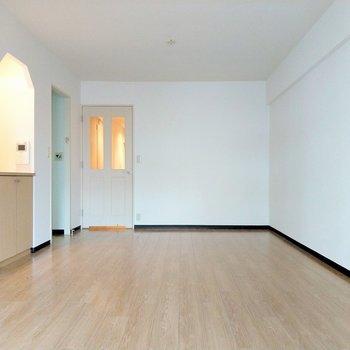 扉や棚の形がナチュラルでかわいい。