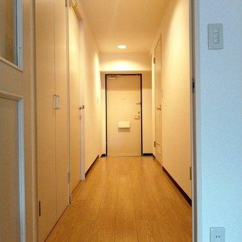 廊下に戻ります。このあたたかい照明好き。向かって左の手前の扉は?