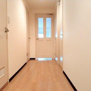長い廊下を歩いて白の扉を開けると…