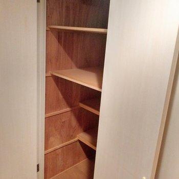 収納スペース!棚の幅いろいろ◎掃除機や家事の道具置きたい。