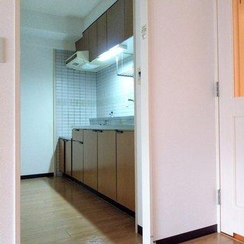 キッチンはリビングから横に入った場所に。