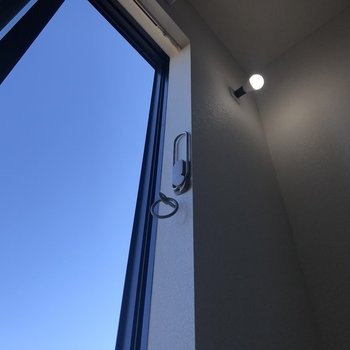 洗濯物は窓際の竿掛けで干しましょう