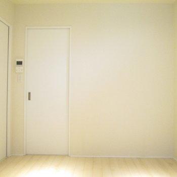 白を基調とした綺麗なお部屋です。