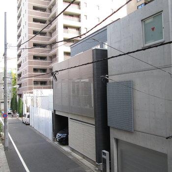 周りの建物もデザインされた物が多いです。
