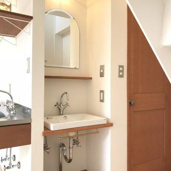 洗面台がかわいい。部屋の照明もこれに合わせると良さそう