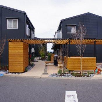 街に開かれた屋根付きのベンチ。