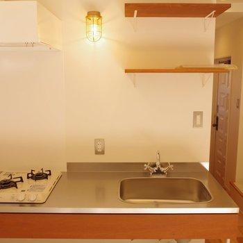 使いやすいキッチン。照明の明かりが落ち着くな