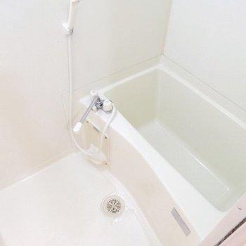 お風呂もシンプル!鏡がないのが残念。