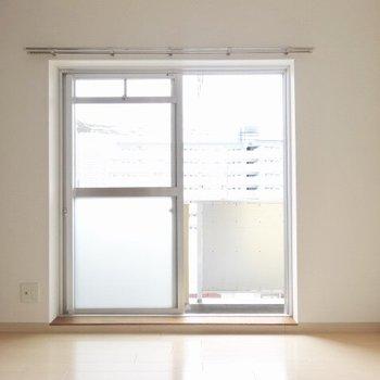 カーテン何色にしようかな。テレビは窓際に。