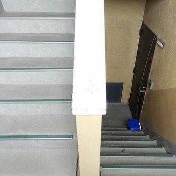 この階段を登って4階まで。
