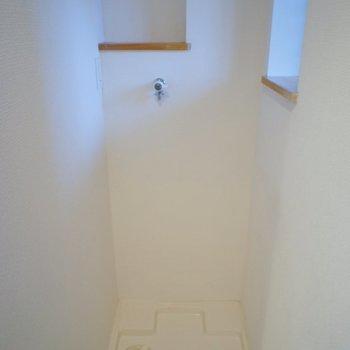 玄関右に洗濯機!。※写真は、前回撮影時のもの