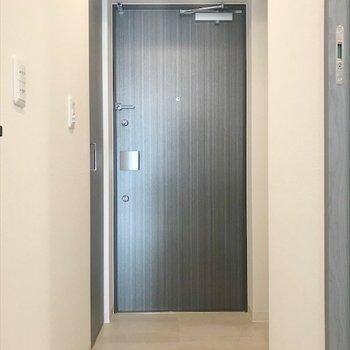 玄関はあまり段差がありません。(※写真は9階の同間取り別部屋のものです)