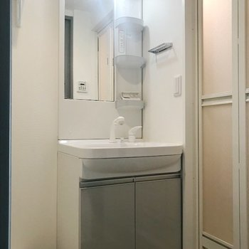 朝の支度は洗面台で。(※写真は9階の同間取り別部屋のものです)
