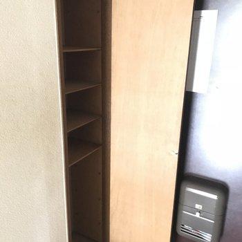 玄関収納も一人なら十分サイズ◎※工事前の写真です