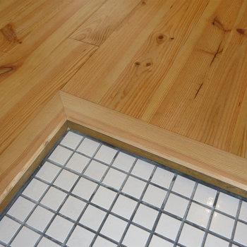【イメージ】玄関床は白いタイルでオシャレに。