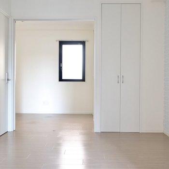 階段をのぼって正面。4.9帖の洋室は吊戸を開け放って使うのもアリ◎