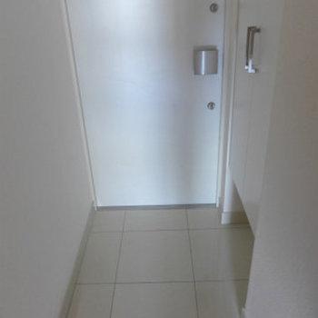 玄関にはシューズボックスもちろんあります!(※写真は7階の同間取り別部屋のものです)