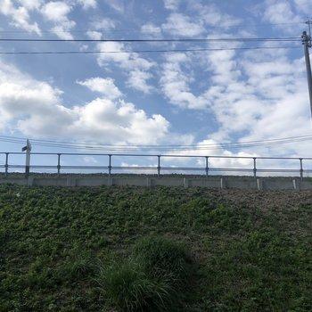 眺望は、緑と青空。線路は目の前です。