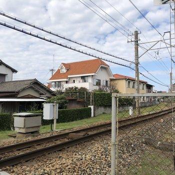 お部屋の近くには線路が通っています。