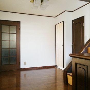【1階部分】ホール。左手がリビングとキッチン、右手にサニタリー、3階への階段。